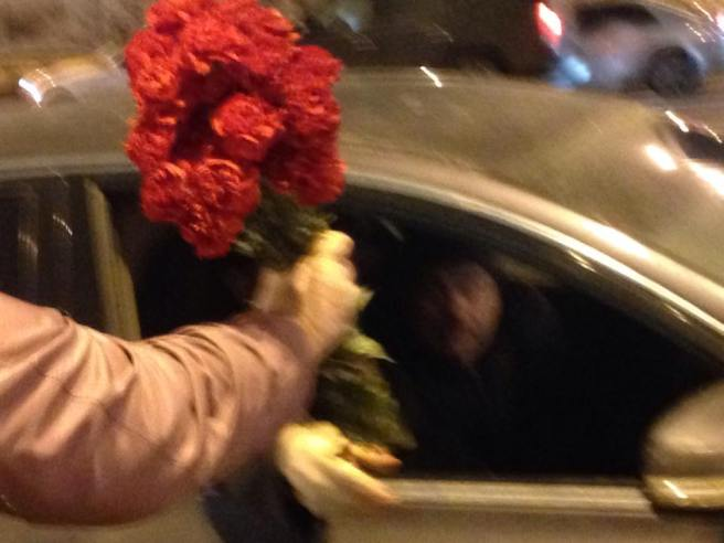 Наталия Гладовская принимает букет гвоздик