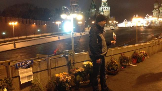 Молодой человек сделал много снимков, потом попросил, чтобы его сфотографировали на фоне мемориала.