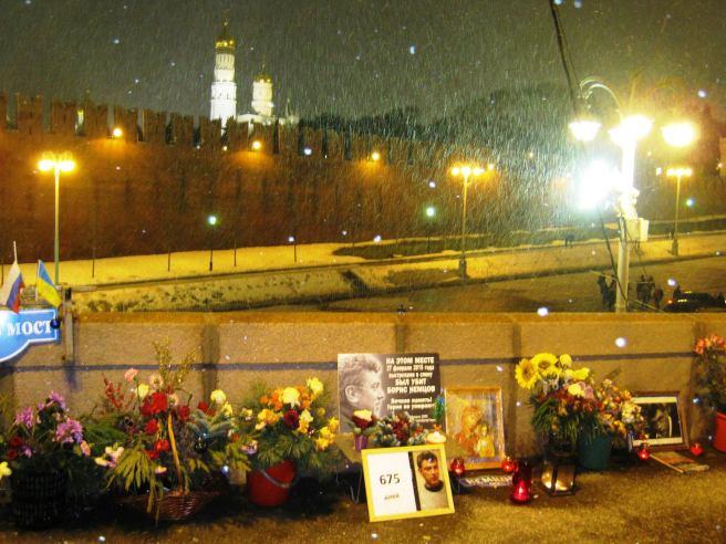 Новогодний наряд для Мемориала. Снег идёт