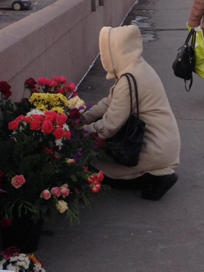 Приходят люди с цветами