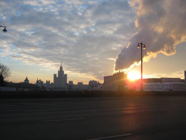 04.02.2017 Утреннее дежурство на мосту Немцова. После погрома. Первые лучи солнца