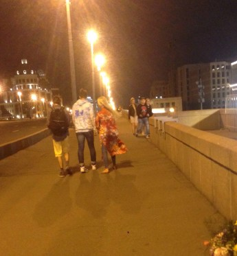 """Молодые люди попросили доклад """"Путин.Война"""", и мы им отдали его. Фотографии — Тамара Луговых"""