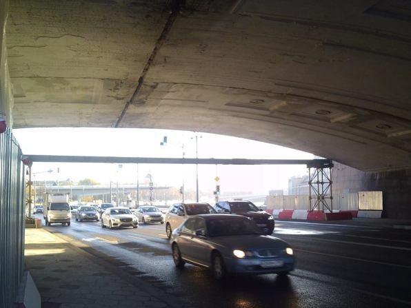 20.10.2018 Немцов мост. Ремонт. Под мостом. Похоже начали снимать верхний штукатурку и верхний слой.
