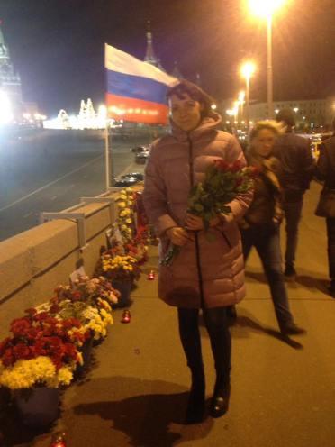 Оля принесла цветы своему любимому Ванечке...((( Он похоронен далеко. А сюда можно прийти в любое время. Фотографии — Тамара Луговых