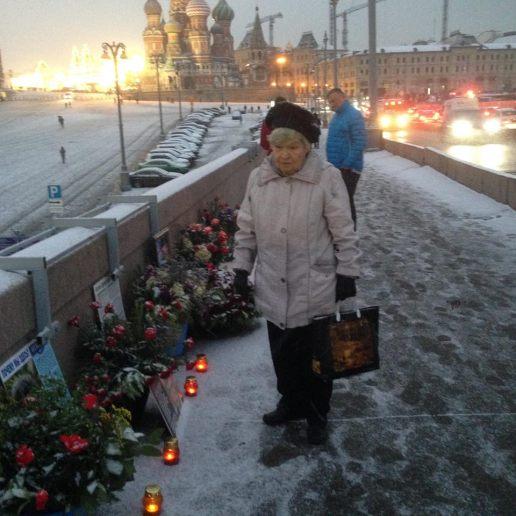 Лариса Константиновна, часто приходит сюда. Фотографии — Тамара Луговых