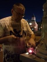 12.06.2019 Вечернее дежурство на мосту Немцова Игорь зажигает свечи