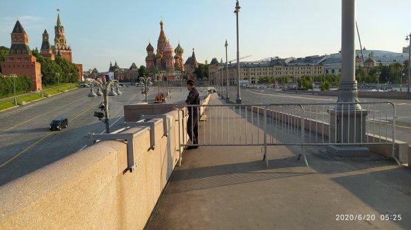 20.06.2020 Немцов мост. Мемориал позади...