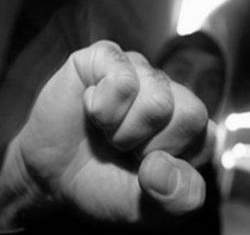 Kényszermunkára, bűncselekmények elkövetésére kötelezte és bántalmazta az ingatlanába költöztetett embereket