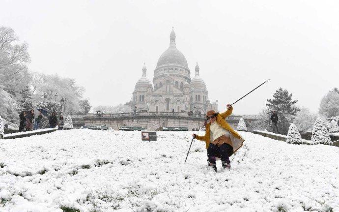 A franciák síléccel szelik át Párizs utcáit (fotók)