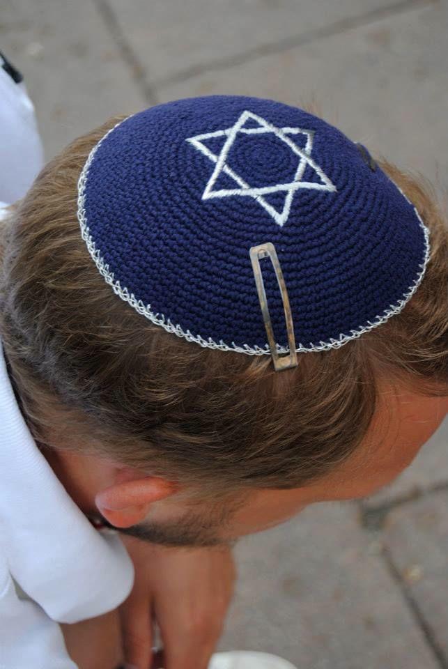 Vádat emeltek a magyar ellen, aki nem tudta díjazni, hogy kipás rabbik mászkálnak az Árkádban