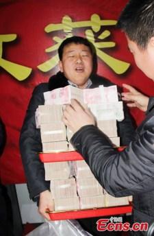 Zsákokban cipelték haza a több tízmilliós prémiumokat (Képek)
