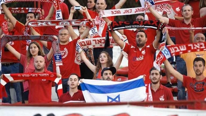 A horvát drukkerek izraelieket vertek, elvették zászlóikat és transzparenseiket