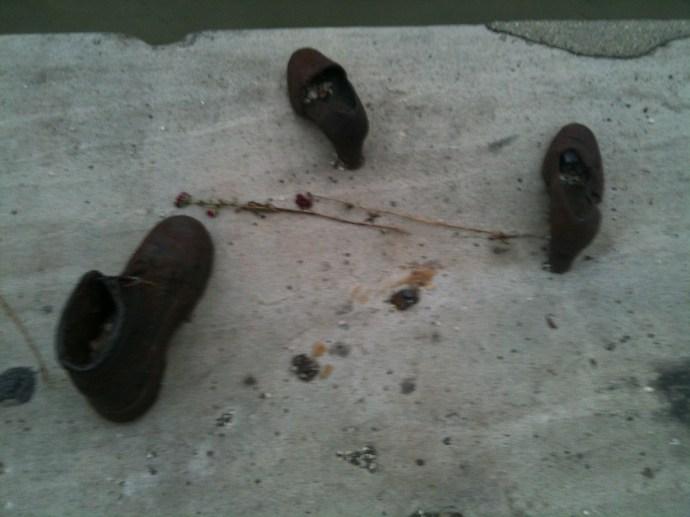 Szörnyűség: gaz nácik lopkodják a Duna-parti cipőket!