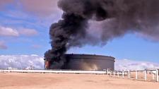Lángol a líbiai olajkikötő (Videóval)