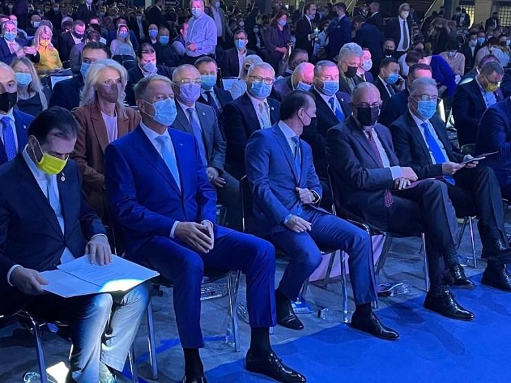 Sok kék, egy sárga maszk: elkezdõdött a PNL kongresszusa, ahol Johannist Orban-skandálók fogadták