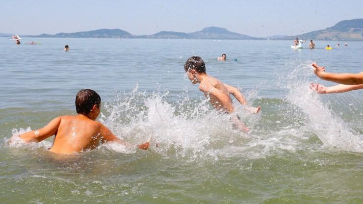 Majdnem annyi ingyenes strand van a Balatonnál, mint fizetős