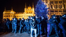 Túlóratörvény: megszállták a tüntetők a Margit hidat