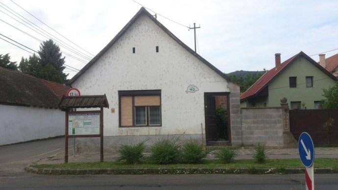 Szabványosítást érdemelne: dunabogdányi olvasónk utca- és házszámtáblája