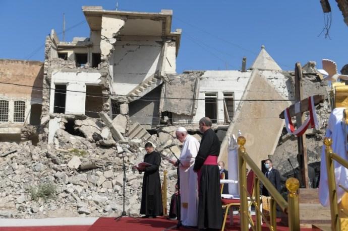 A béke erősebb – Ferenc pápa Moszulban imádkozott az iraki háború áldozataiért