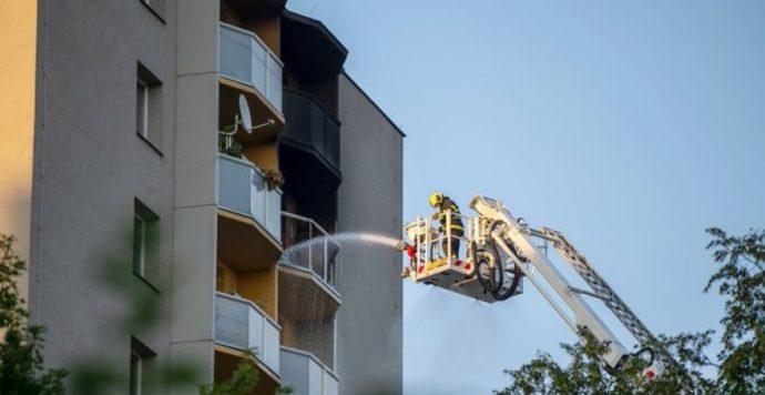 Szörnyű tűzeset Csehországban: kigyulladt egy panelház, az emberek az ablakokból ugráltak ki