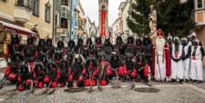Vidám kis ünnepi történet: krampuszok látják el a migránsok baját Dél-Tirolban