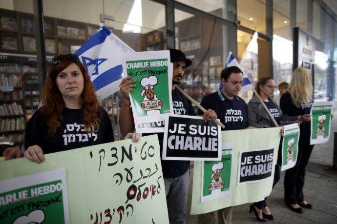 Ávigdor Lieberman pártjának aktivistái terítik a Charlie Hebdo legutóbbi számát Izraelben – Mindezt csupán a szólásszabadság védelmében teszik