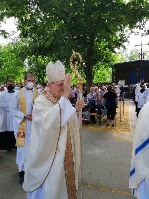 Erdő Péter bíboros a bacsfa-szentantali búcsún az eucharisztikus kongresszuson való részvételre buzdított