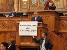 Botrány a magyar parlamentben: megzavarták Orbán Viktor beszédét