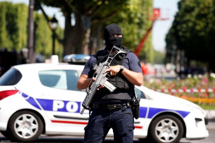 Csendőrségi teherautóba rohant egy férfi a Champs-Elysees-n – A rendőrség feltételezett támadóról beszél