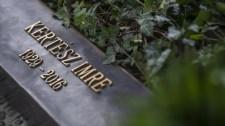 Ilyen lett Kertész Imre síremléke a Fiumei úton – kép