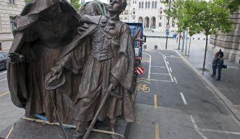 Régi-új szobor a Kossuth téren