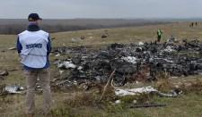 A szakemberek egy fényképet vizsgálnak, amelyen egy vadászgép támadja meg a malajziai Boeinget