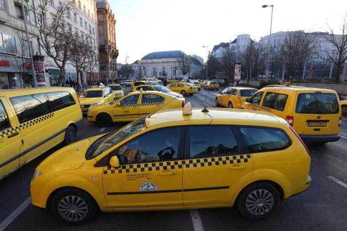 """""""A repteret akarjuk, és a kormány leváltását!"""" – Megint taxisblokádra készülnek"""