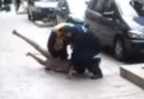 Ezért nem lesz itt soha rend: két rendőrt felfüggesztettek egy meztelenül dühöngő őrült megfékezése miatt