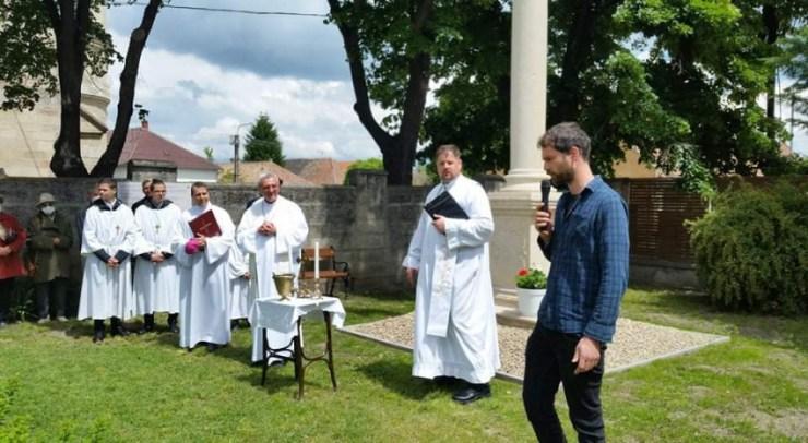 Veres András püspök megáldotta Lébényben a Szentháromság-szobrot