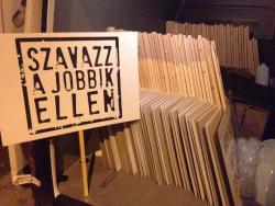 Gyanúsan jól szervezett csoport tüntet egész nap a Jobbik ellen