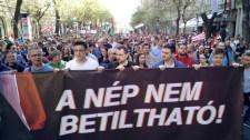 """Jobbikosok és Gyurcsány, Bajnai – elkezdődött a """"demokráciakövetelő"""" tüntetés"""
