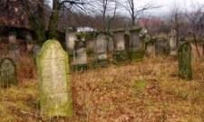 Brutális, rasszista, antiszemita bűncselekmény: Meggyalázták a  Farkasréti zsidó temető síremlékeit