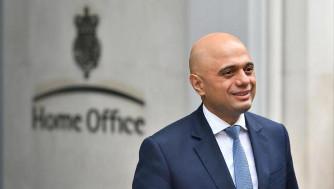 Tommy Robinson és a Koránra esküt tett brit belügyminiszter