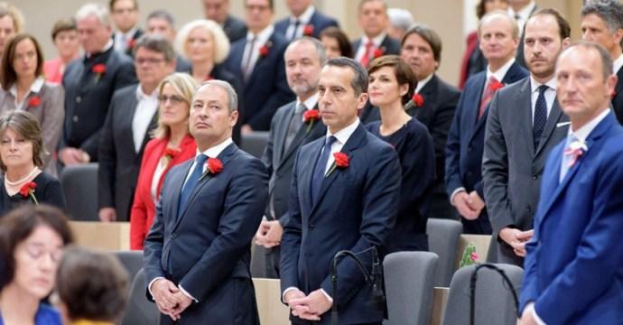 Az osztrák himnusz alatt így viselkednek egyes ottani politikusok (látens SZDSZ.-szimpatizánsok)