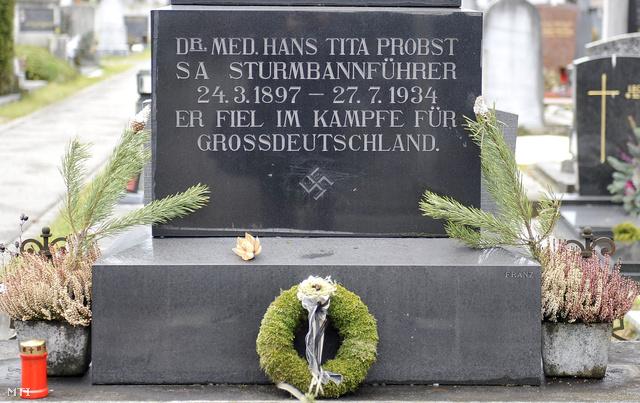 Továbbra sem távolítják el a horogkeresztet Hans Probst SA-Sturmbannführer sírjáról Grazban