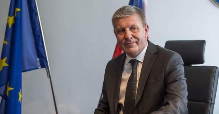 Az egészségügyi miniszter bemutatta az új COVID automatát