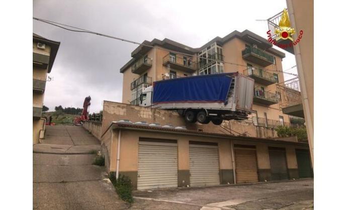 Tolatni akart, a levegőben állt meg a kamionos egy olasz parkolóház tetején