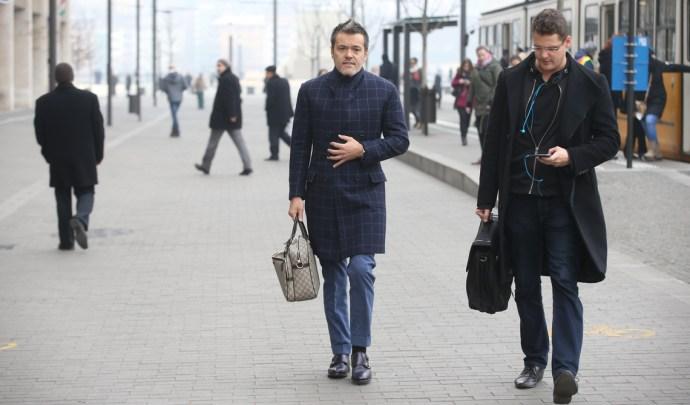 """Félmillió forintba kerülő buzis táskával sétált el a """"fizetést nem kapó"""" Habony a megszorítások ellen tüntetők között"""