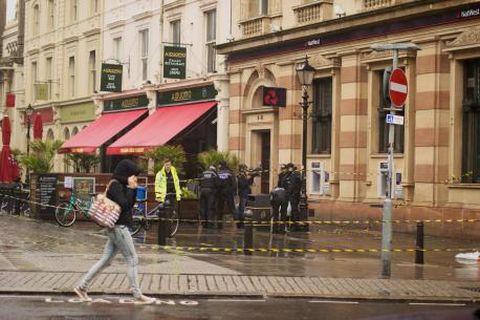 Egy néger elvágta a torkát egy magyar fiúnak a dél-angliai Brightonban