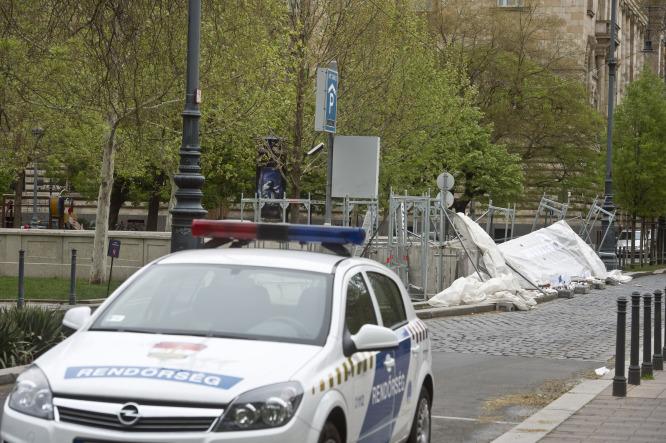 Rendőrök vigyázzák a megszállási emlékmű helyszínét a zsidók kordonbontása után