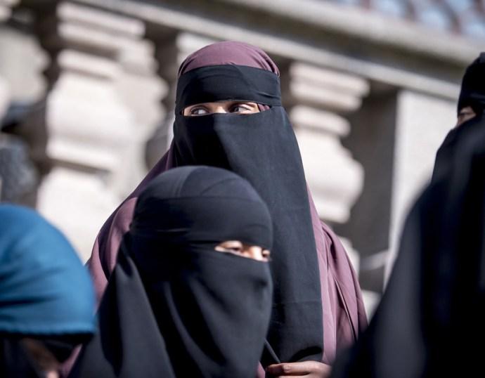 A svájciak többsége megszavazta az arcot eltakaró ruhadarab viselésének tilalmát
