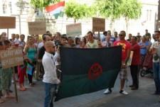 Ez a cigány pofátlanság: teljesen tönkretették az önkormányzati bérházat, majd tüntetésen követeltek új lakásokat
