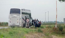 A baráti rácok segítőkészsége: rendőreik hozzák az ártérbe a bevándorlóbűnözőket