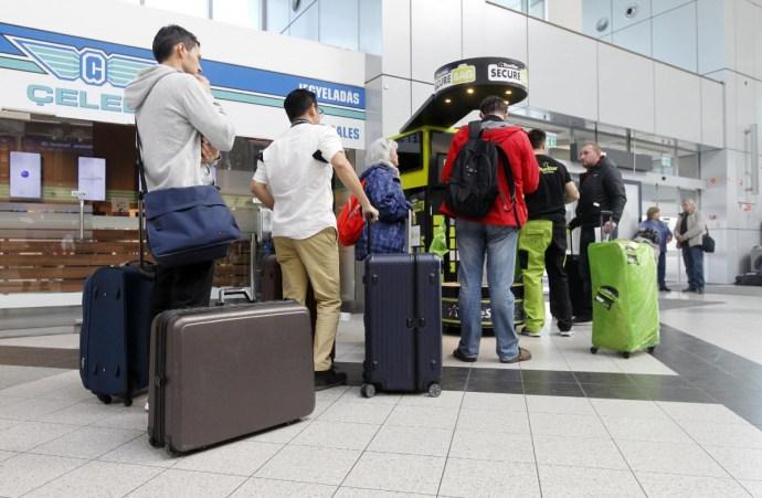 Reptéri fosztogatások: beindult a bőröndfóliázó fiú biznisze